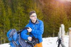 Ritratto di un alpinista con uno zaino Immagini Stock