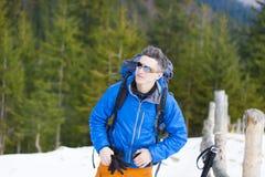 Ritratto di un alpinista con uno zaino Fotografie Stock Libere da Diritti