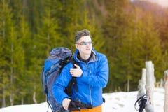 Ritratto di un alpinista con uno zaino Fotografia Stock Libera da Diritti