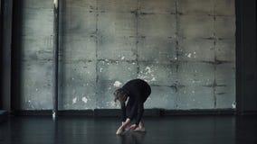 Ritratto di un ballerino di balletto maschio che balla balletto classico nello studio su un fondo scuro Movimento lento video d archivio