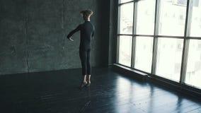 Ritratto di un ballerino di balletto maschio nello studio il giovane balla su un fondo scuro Movimento lento stock footage