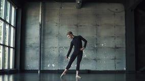 Ritratto di un ballerino di balletto maschio su un fondo scuro Movimento lento video d archivio