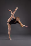 Ritratto di un ballerino in uno studio Fotografie Stock Libere da Diritti