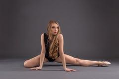 Ritratto di un ballerino in uno studio Fotografia Stock Libera da Diritti