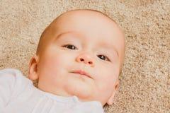 Ritratto di un bambino felice e calmo fotografia stock