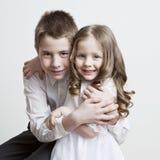 Ritratto di un bambino, l'amore del fratello e sorella in suo armi Fotografie Stock Libere da Diritti