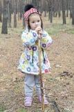 Ritratto di un bambino nella foresta immagine stock libera da diritti
