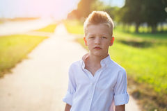 Ritratto di un bambino piacevole sulla strada nel giorno soleggiato Fotografia Stock