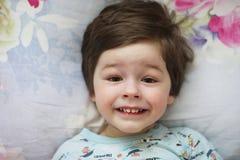 Ritratto di un bambino piccolo che si trova su un cuscino Immagini Stock