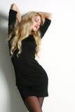 Ritratto di un blonde allegro in vestito nero Fotografia Stock