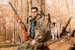 Ritratto di un cacciatore di yang con un cane sulla foresta fotografia stock