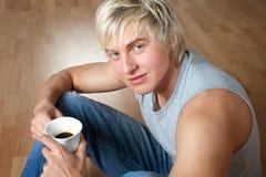 Ritratto di un caffè bevente del giovane Fotografie Stock Libere da Diritti