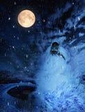 Ritratto di un cane che urla sopra la luna piena nell'inverno Fotografia Stock