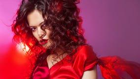 Ritratto di un castana attraente con la designazione dell'ubriacone ed il rossetto rosso immagine stock