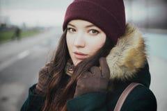 Ritratto di un castana sveglio in un parco gelido fotografia stock