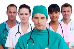Ritratto di un chirurgo e del suo gruppo di medici Fotografie Stock Libere da Diritti