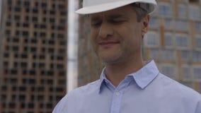 Ritratto di un costruttore in un casco bianco 4K archivi video