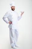 Ritratto di un cuoco maschio felice del cuoco unico che sta con il piatto Immagini Stock
