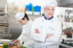 Ritratto di un cuoco unico nella sua cucina Fotografie Stock