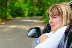 Ritratto di un driver femminile pensieroso 50 anni Fotografia Stock