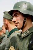 Ritratto di un enactor ri- militare in tedesco la seconda guerra mondiale dell'uniforme Soldato tedesco Fotografie Stock