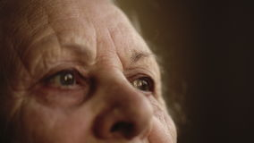 Ritratto di un essere umano solo anziano che guarda fuori la finestra video d archivio