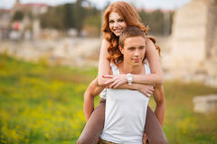 Ritratto di un'estate amorosa delle coppie all'aperto Fotografia Stock