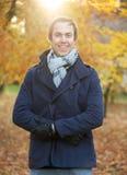 Ritratto di un esterno diritto dell'uomo felice un giorno dell'autunno Fotografia Stock Libera da Diritti