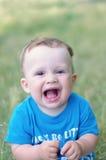 Ritratto di un'età di risata del neonato di 9 mesi all'aperto Fotografia Stock