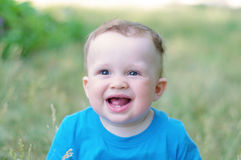 Ritratto di un'età sorridente del bambino di 9 mesi all'aperto Fotografia Stock