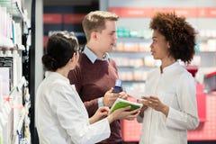 Ritratto di un farmacista con esperienza femminile che legge le indicazioni fotografie stock