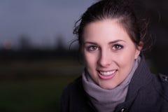 Ritratto di un freddo ritenente della donna in inverno Immagini Stock Libere da Diritti