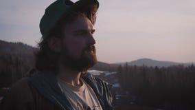 Ritratto di un giovane al tramonto Belle donne stock footage