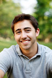 Ritratto di un giovane all'esterno Immagine Stock