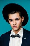 Ritratto di un giovane alla moda in cappello che indossa vestito elegante immagini stock libere da diritti