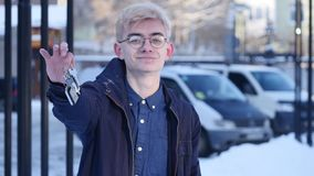 Ritratto di un giovane bello che tiene le chiavi della vostra casa video d archivio