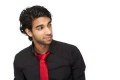 Ritratto di un giovane in camicia nera ed in legame rosso Fotografie Stock Libere da Diritti