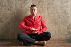 Ritratto di un giovane, in camicia rossa e negli allentamenti neri, hairstyl Fotografie Stock Libere da Diritti