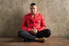 Ritratto di un giovane, in camicia rossa e negli allentamenti neri, hairstyl Fotografia Stock Libera da Diritti