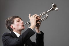 Ritratto di un giovane che gioca la sua tromba Fotografia Stock