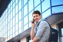 Ritratto di un giovane con il telefono in sua mano Fotografie Stock
