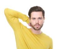 Ritratto di un giovane con la camicia gialla con l'espressione seria Fotografia Stock