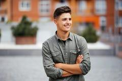 Ritratto di un giovane d'avanguardia nella via di estate della città Fotografia Stock