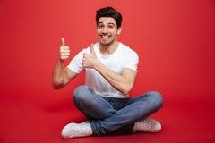 Ritratto di un giovane felice in maglietta bianca Immagini Stock