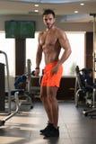Ritratto di un giovane muscolare fisicamente misura fotografia stock