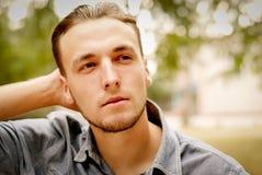 Ritratto di un giovane pensieroso con una barba Fotografie Stock Libere da Diritti