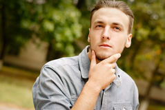 Ritratto di un giovane pensieroso con una barba Immagini Stock