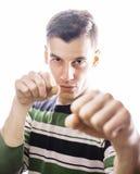 Ritratto di un giovane serio astuto che sta contro il fondo bianco Concetto emozionale per il gesto Fotografie Stock Libere da Diritti