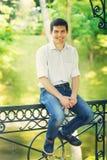 Ritratto di un giovane sorridente all'aperto Fotografia Stock