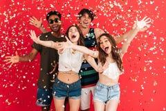 Ritratto di un gruppo allegro felice di amici multirazziali Immagini Stock Libere da Diritti